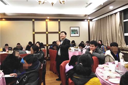 图五 经管学院MBA14级P4班班长訾宏达代表班级宴请孩子们.jpg