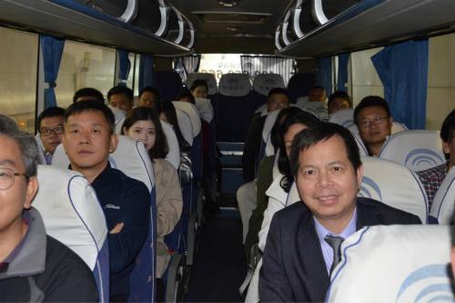校友们集体乘大巴去活动现场_meitu_7.jpg