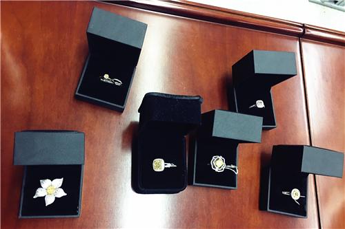 嘉宾在活动中展示的几枚钻石戒指.jpg