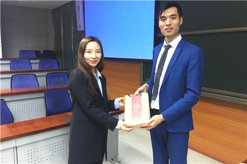 张自磊先生作为俱乐部负责人为高漫霖女士赠送清华纪念品.jpg