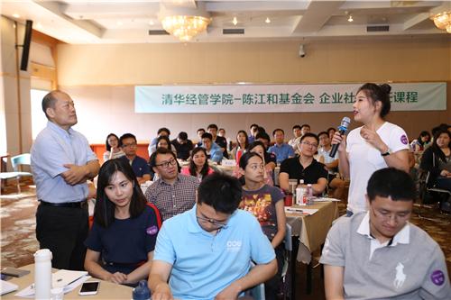 4学生与贾峰老师在课程中进行讨论.jpg