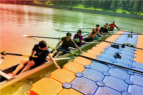 图7:八人单桨赛艇下水瞬间.jpg