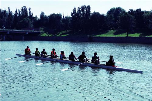 图8:八人单桨赛艇起航瞬间.jpg