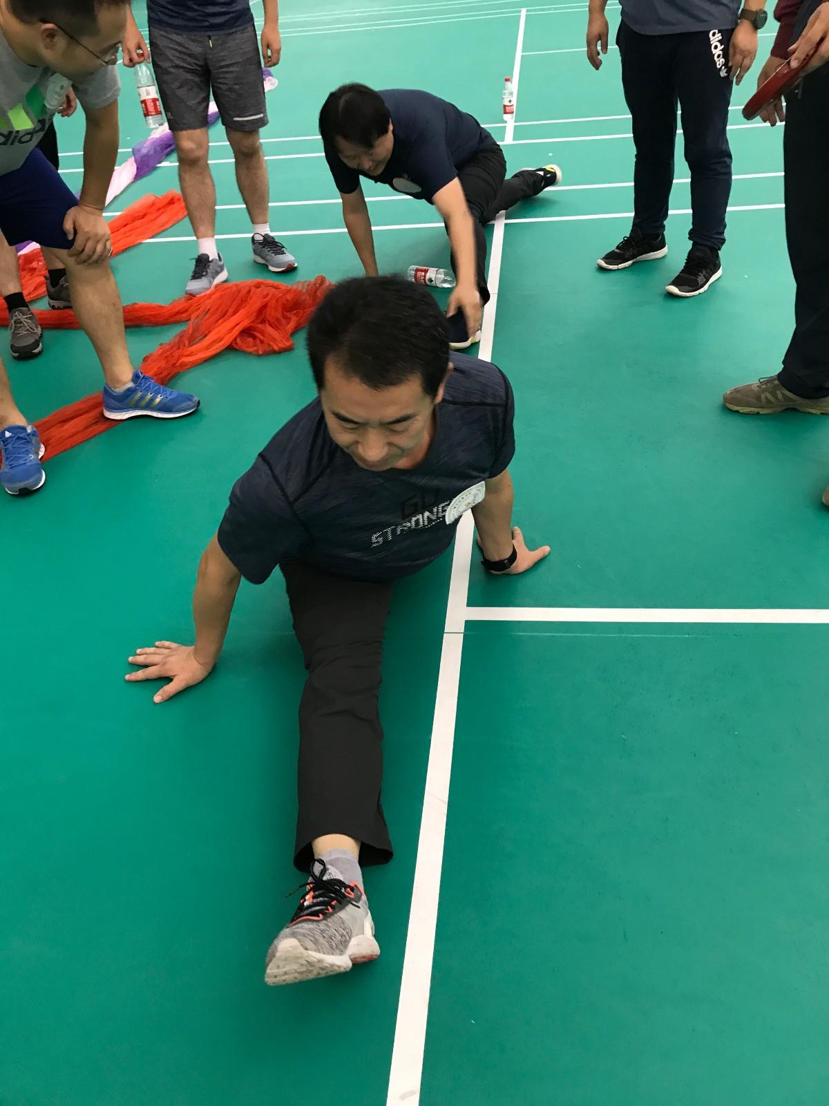 团体劈叉竞赛中,杜钦强同学的标准一字马.jpg