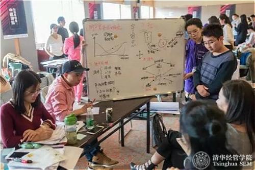 创业导师对同学们进行指导_meitu_4.jpg