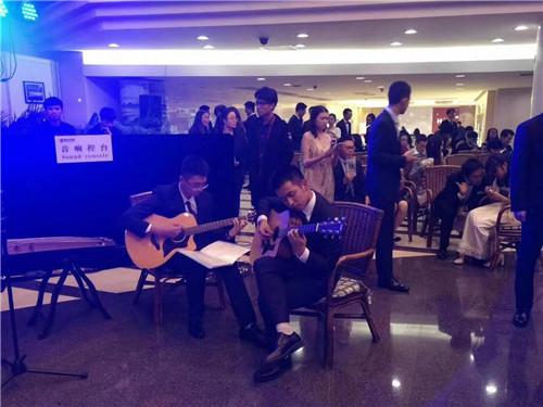 新生舞会,右边吉他手.jpg